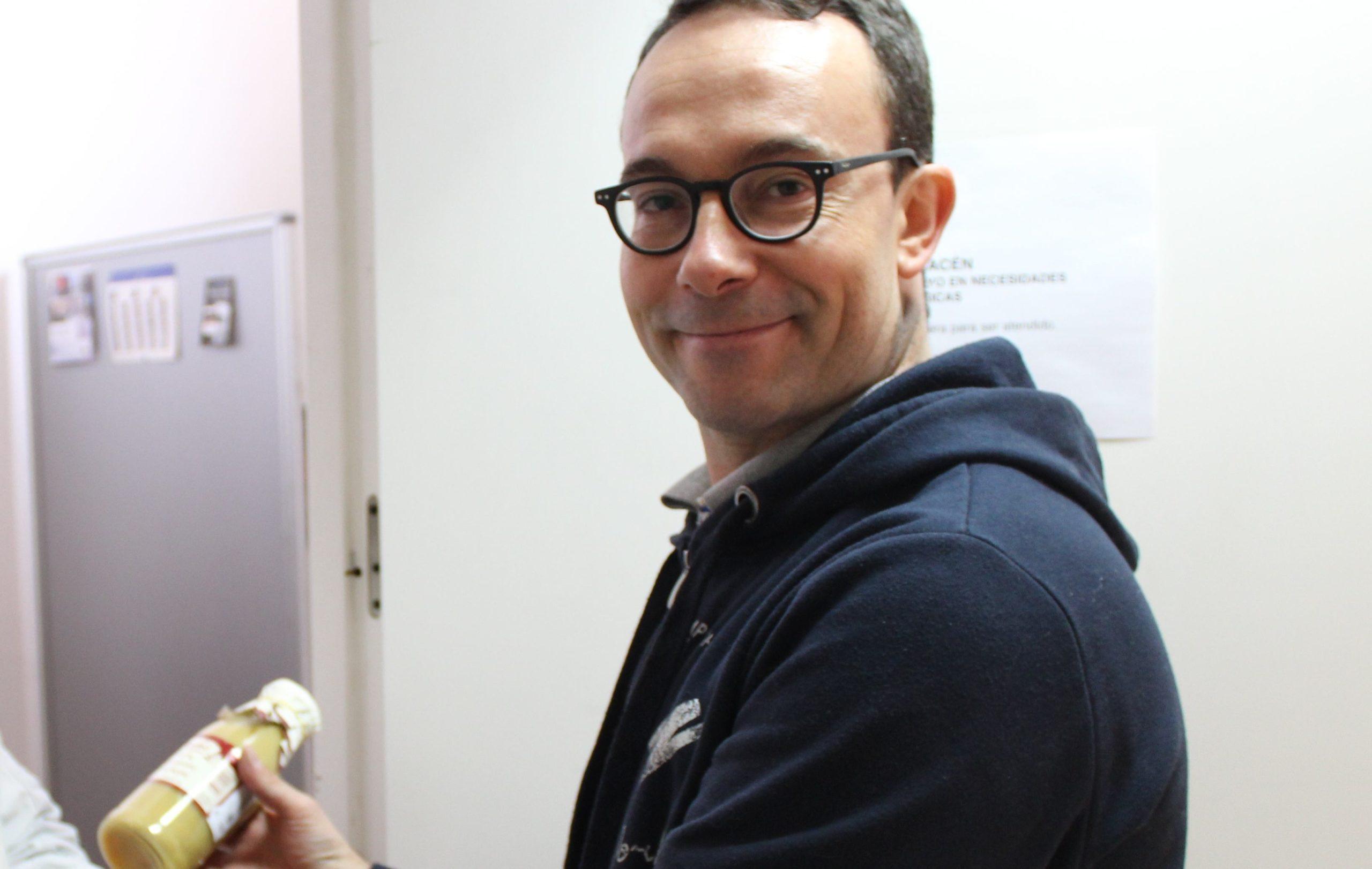 El voluntario Sergio entrega alimentos